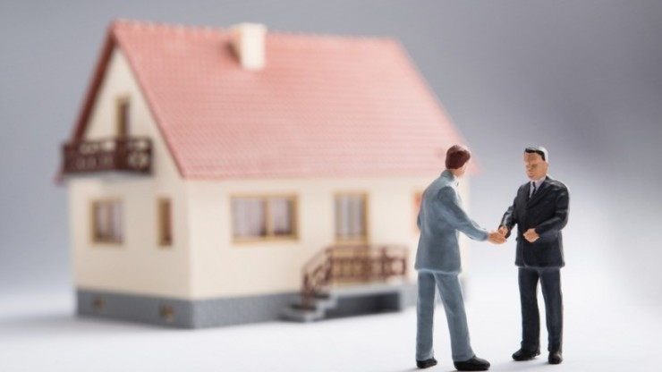 seller financing, people standing in front of a house discussing